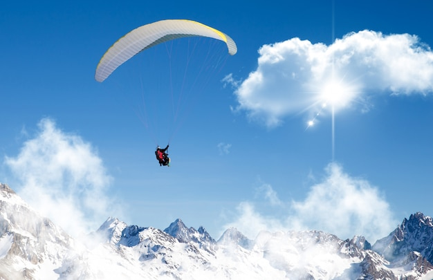 Параплан в небе Premium Фотографии