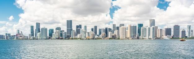 マイアミのダウンタウンのスカイライン Premium写真