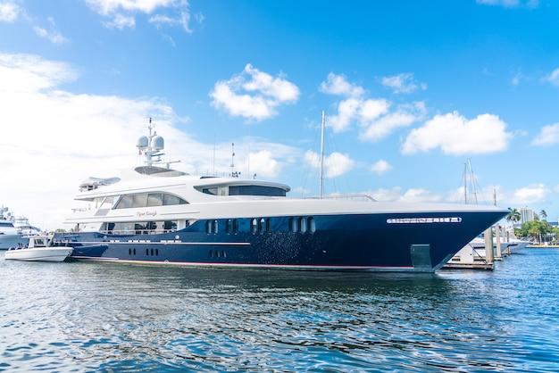 フロリダ州フォートローダーデールのマリーナに停泊する豪華ヨット Premium写真