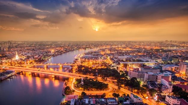 Таиланд бангкок транспорт с современным деловым зданием вдоль реки, отеля и жилого района в столице таиланда Premium Фотографии