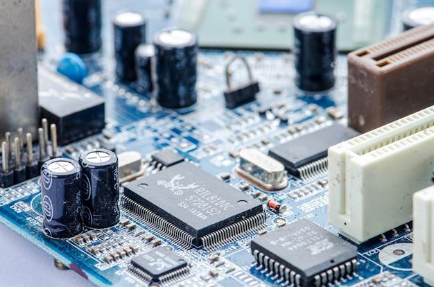 回路基板の青の健康と技術の聴診器。 Premium写真