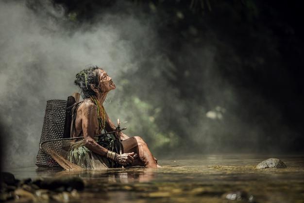 Коренные жители этнического происхождения из островов муара-сибирь на западной суматре, остров сибири, индонезия. Premium Фотографии