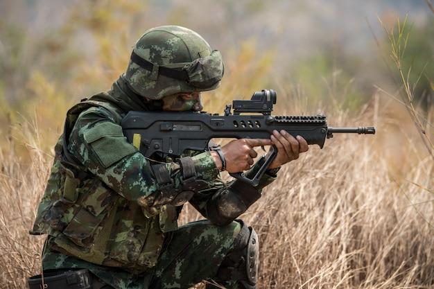 パトロールへの兵士の練習 Premium写真