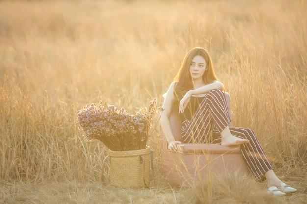 Красивая сексуальная молодая обнаженная женщина позирует в поле на закате Premium Фотографии