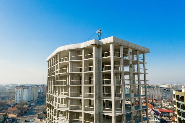 都市で建設中の高層マンションのコンクリートフレームの空撮 Premium写真