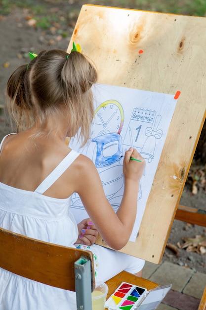 女の子がまで塗り絵を描く Premium写真