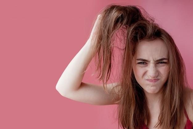 Проблемная кожа головы, жирные грязные волосы девушки, концепция ухода за волосами Premium Фотографии