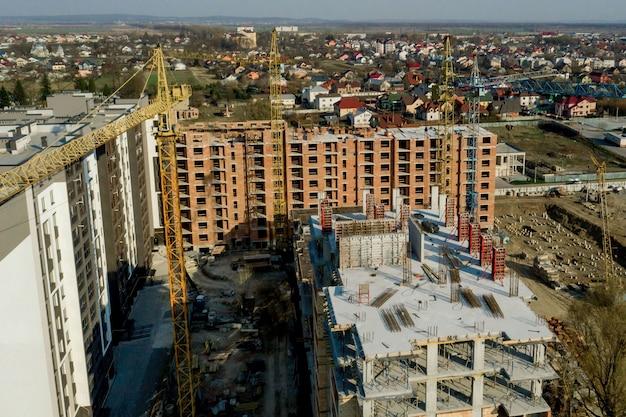 高層ビルの建設と建設、作業機器と労働者と建設業界。上から、上から。背景とテクスチャ Premium写真