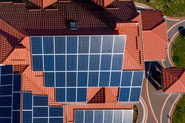 青いパネル付きの新しいモダンな住宅コテージの空中の平面図です。再生可能な生態学的なグリーンエネルギー生産の概念 Premium写真