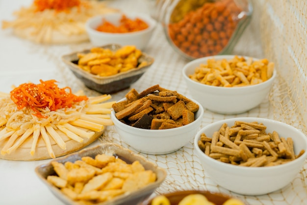 テーブルにたくさんの塩味のスナック、テーブルにたくさんのチーズとクラッカー、スナック Premium写真