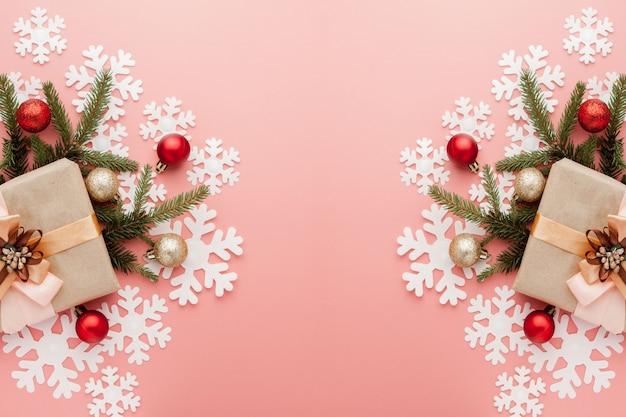 ピンクのリボンで包まれたささやかな贈り物のショットを閉じる。クリスマス。最小限。フラット横たわっていた。上面図 Premium写真