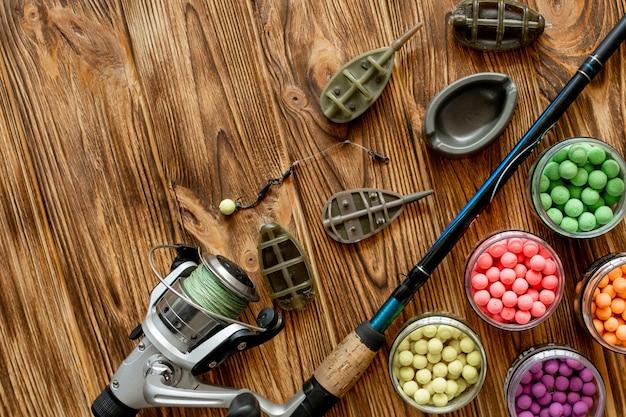 コイ釣りとコピースペースを持つ木製の板に釣り餌用のアクセサリー Premium写真