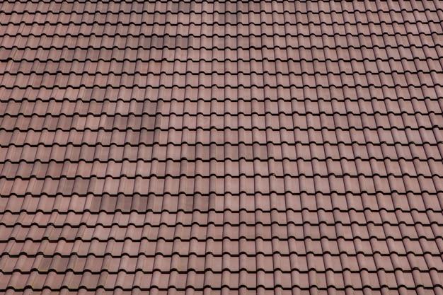青い空に金属タイルと茶色の屋根 Premium写真