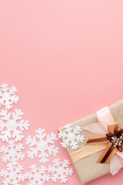 ピンクの背景にリボンで包まれたささやかな贈り物 Premium写真
