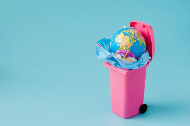 地球はゴミの中にあります。プラスチック汚染の概念 Premium写真