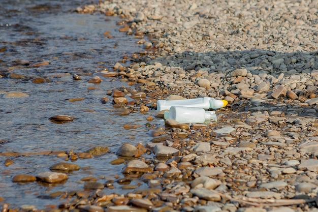 海岸近くの川の汚染、川の近くのゴミ、プラスチックの食品廃棄物、汚染の原因 Premium写真