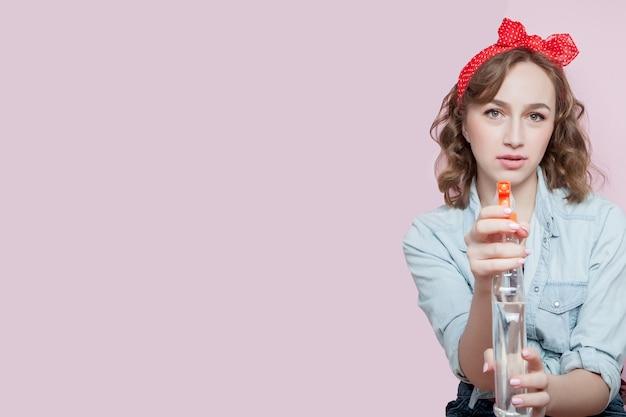 ピンのメイクアップとクリーニングツールと髪型と美しい若い女性 Premium写真