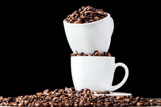 白いカップと黒のコーヒー豆のブラックコーヒー Premium写真