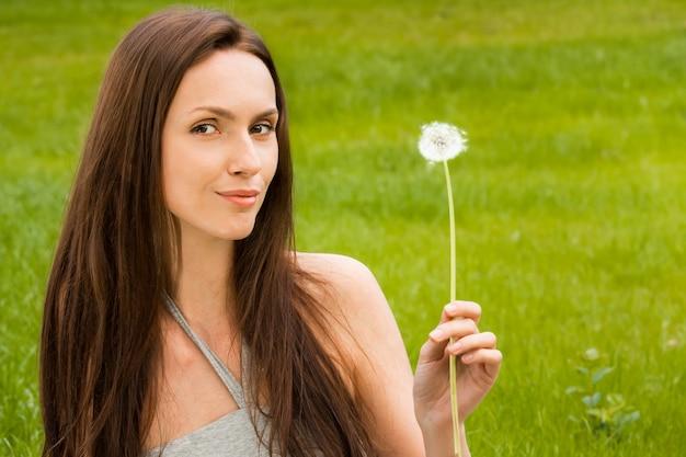 タンポポを持つ少女 Premium写真