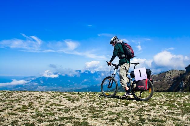 自転車に乗る男 Premium写真