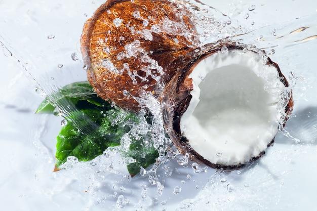 Треснутый кокос Premium Фотографии