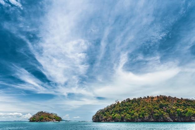 海と崖の上の青い空。タイ。 Premium写真
