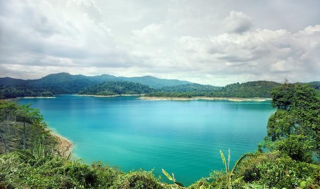 美しい青い水の池 Premium写真