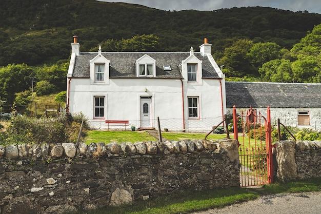 Традиционный древний белый дом северная ирландия Premium Фотографии