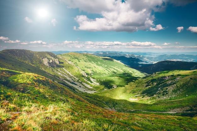 夏の山の風景 Premium写真
