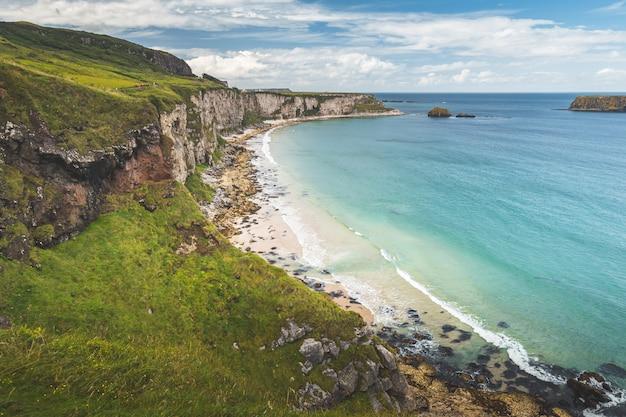 北アイルランドの海岸線の白い砂浜。 Premium写真