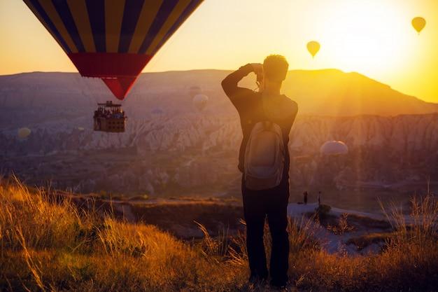 熱気球の写真を撮る男 Premium写真