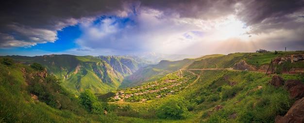 緑の山々のある風景 Premium写真