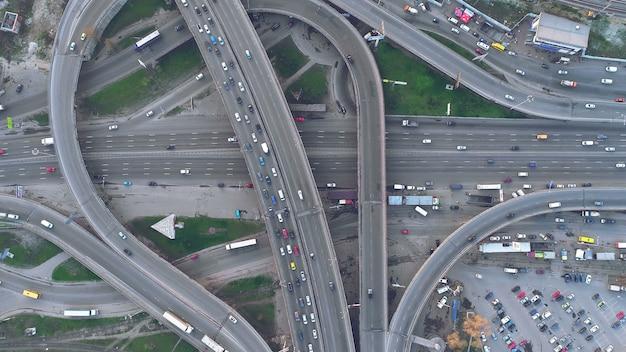 トップダウンビューキエフの道路日交通を陸橋します。 Premium写真