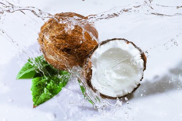 ひびの入ったココナッツと水 Premium写真