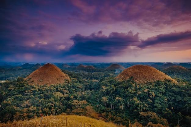 Шоколадные холмы острова бохол филиппины Premium Фотографии
