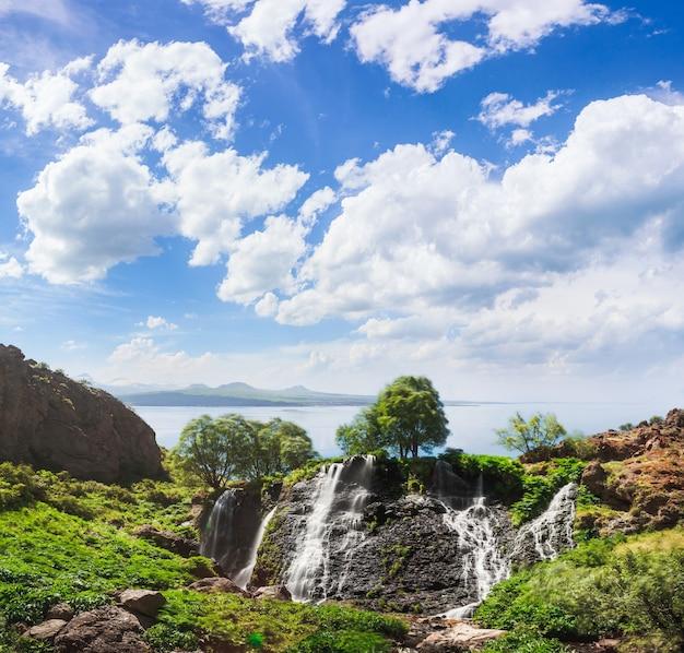 青い曇り空と山の滝 Premium写真