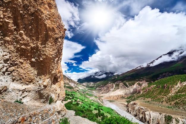 ネパールでのトレッキング Premium写真