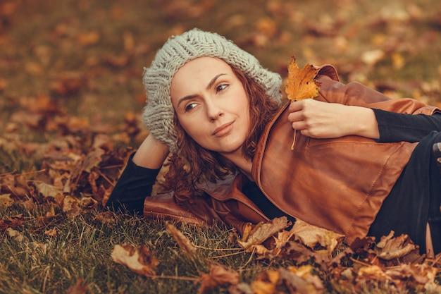 秋の公園で少女 Premium写真