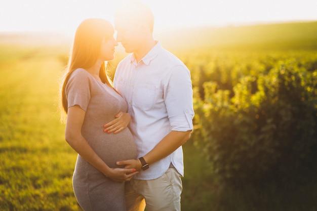 赤ちゃんのために出会う美しいカップル 無料写真