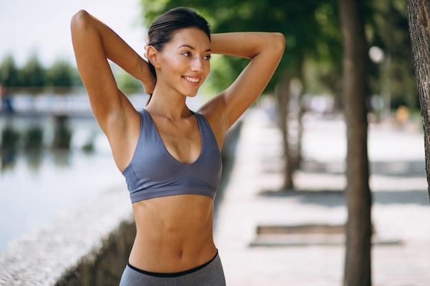 公園で運動するスポーティな女性 無料写真