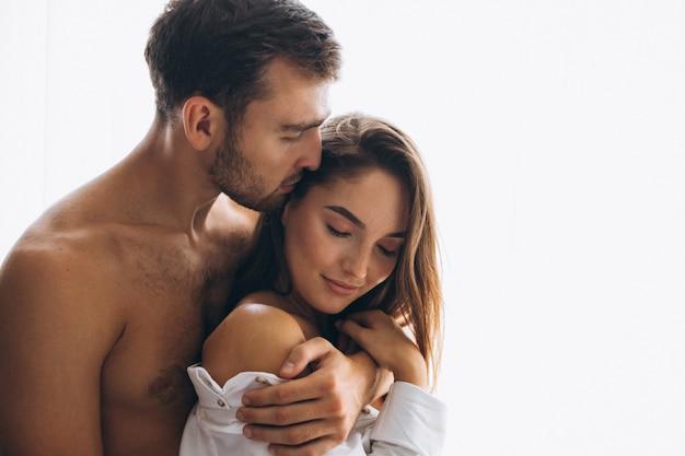 家庭で抱くカップル 無料写真