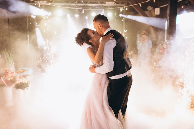 最初のダンスを踊っているウェディングカップル 無料写真