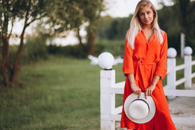 休暇の赤いドレスの幸せな女性 無料写真