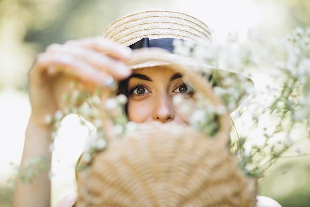 花のバスケットと幸せな女性の肖像画 無料写真