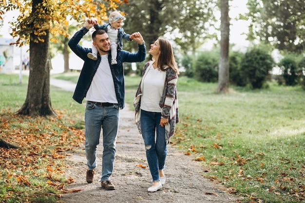 秋の公園に小さな娘がいる若い家族 無料写真