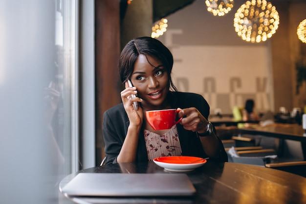 カフェで働くアフリカ系アメリカ人のビジネスの女性 無料写真