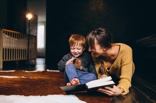 読書をしている息子と母親 無料写真