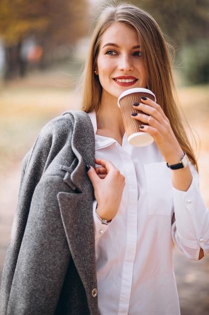 屋外でコーヒーを飲む若いビジネスの女性 無料写真