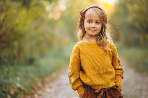 秋の公園の小さな女の子 無料写真