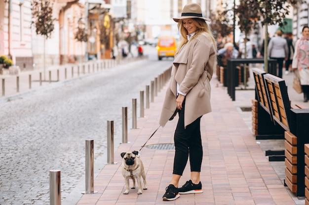 彼女の犬と美しい女性 無料写真